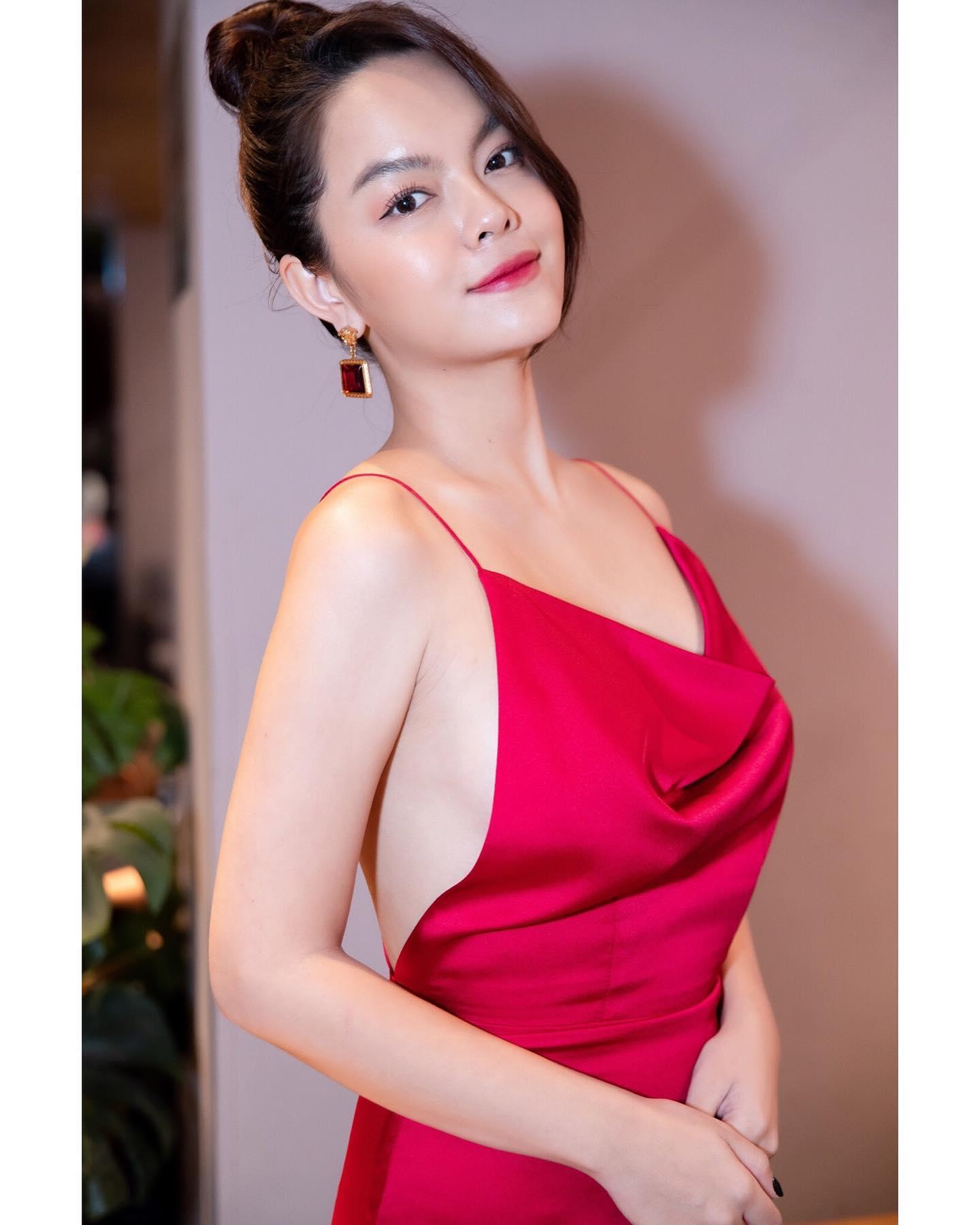 Phạm Quỳnh Anh quyến rũ với váy lụa mong manh - 1