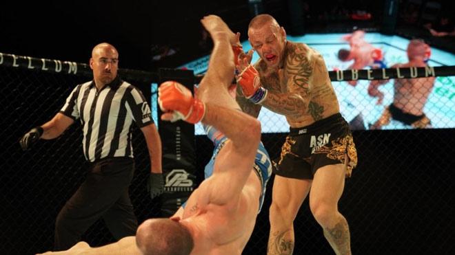Knock-out chấn động MMA: Bay 360 độ vung cước triệt hạ như phim chưởng - 1