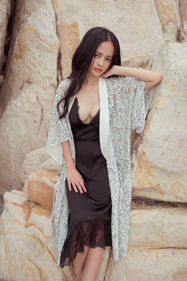 """Bà mẹ đơn thân rất chuộng phong cách khoe trọn đường cong cơ thể. Cô cũng được xem là """"nữ MC thời sự sexy bậc nhất Việt Nam""""."""