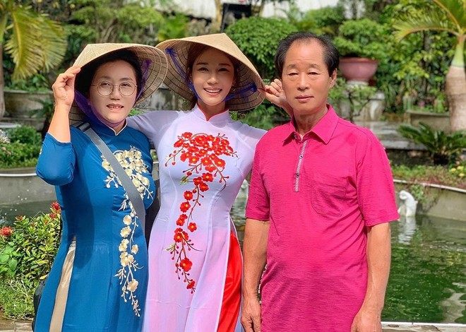 Người mẫu nóng bỏng Hàn Quốc mặc áo dài xuyên thấu lộ nội y ở Đà Nẵng - 1