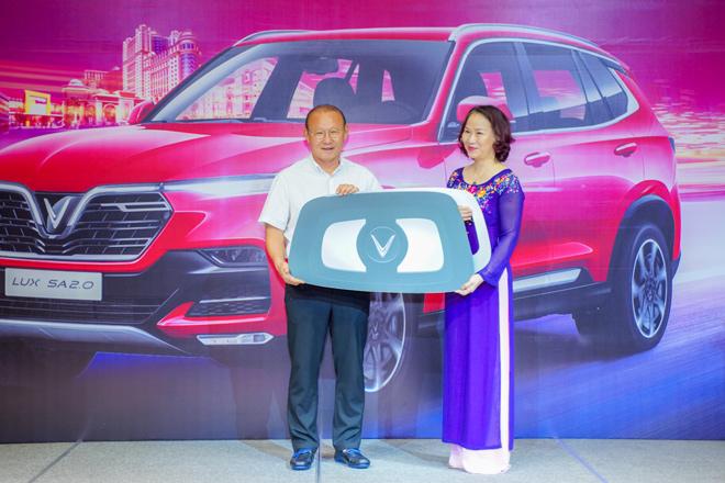Vinfast tặng xe Lux SA2.0 phiên bản cao cấp cho HLV Park Hang-Seo - 1