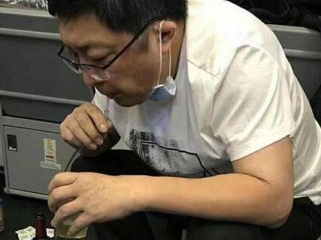 Clip bác sĩ hút nước tiểu bằng miệng, cứu sống bệnh nhân 70 tuổi gây bão mạng