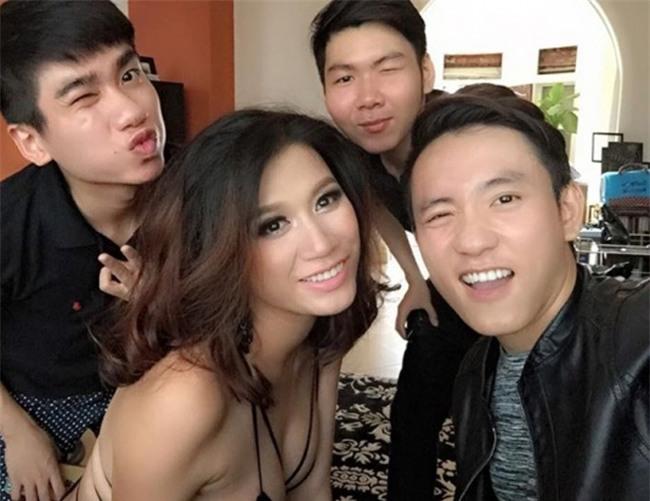 """Người mẫu Trang Trần gợi cảm mặc """"thiếu vải"""" chụp ảnh cùng nhân viên ê kíp"""