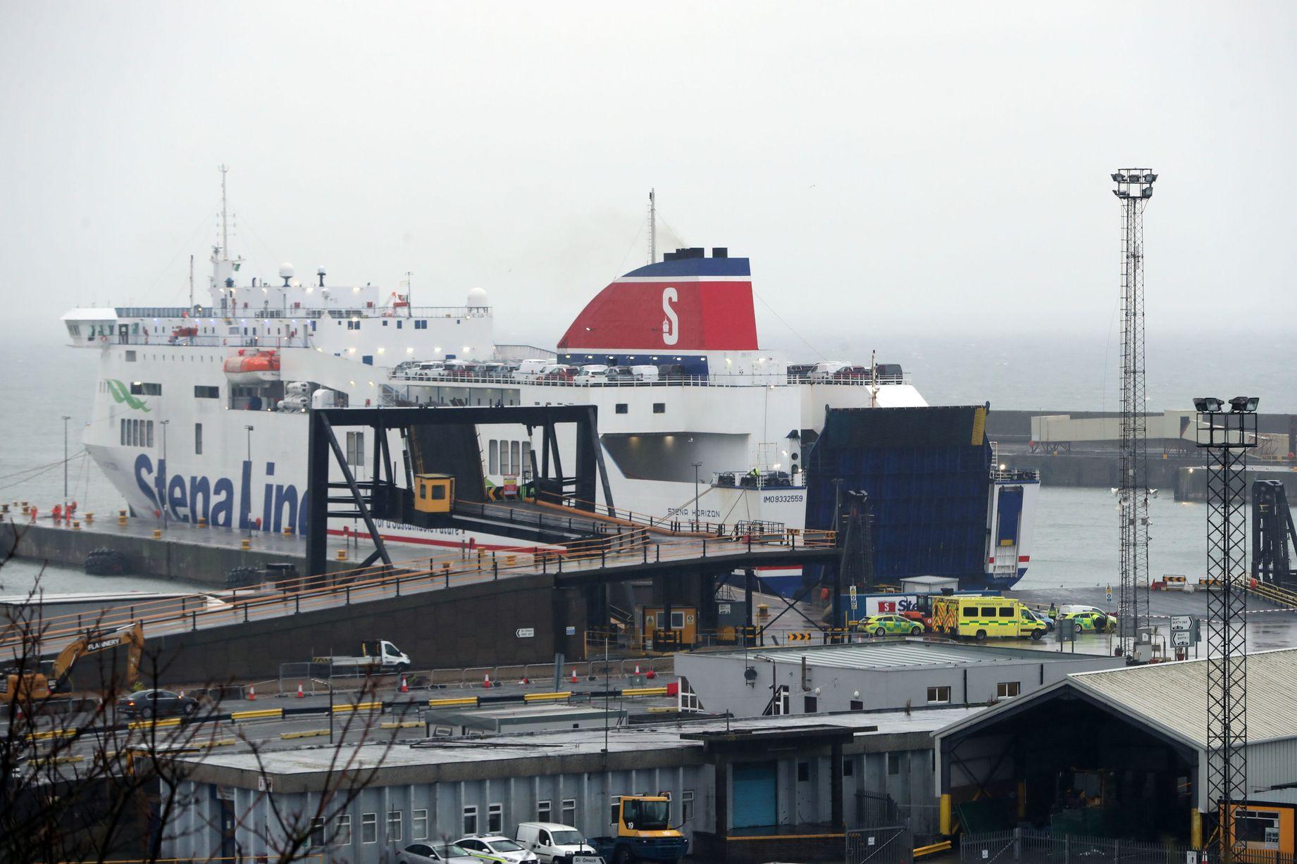 """Ireland: Nghe tiếng động lạ trong container, phát hiện 16 """"người Đông Nam Á"""" đang cầu cứu - 1"""