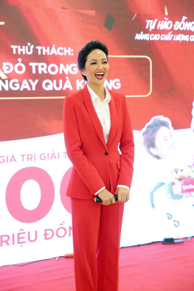 """Hoa hậu H'Hen Niê """"đọ"""" chiều cao cùng Xuân Bắc - 1"""