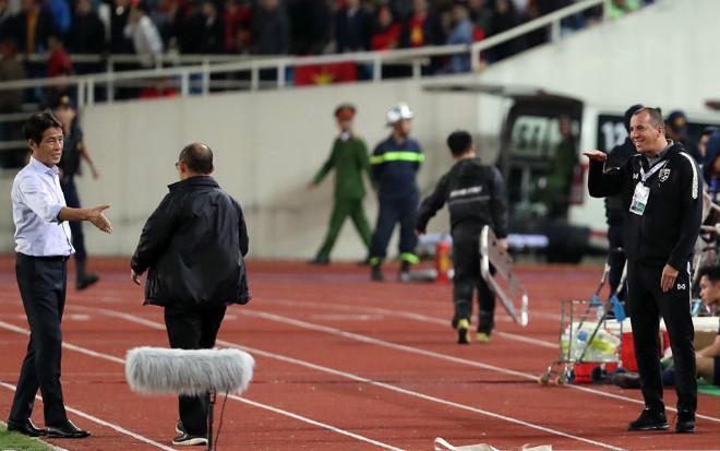 """Trợ lý Thái Lan """"cà khịa"""" thầy Park: Ronaldo, Mourinho làm điều """"điên rồ"""" hơn - 1"""