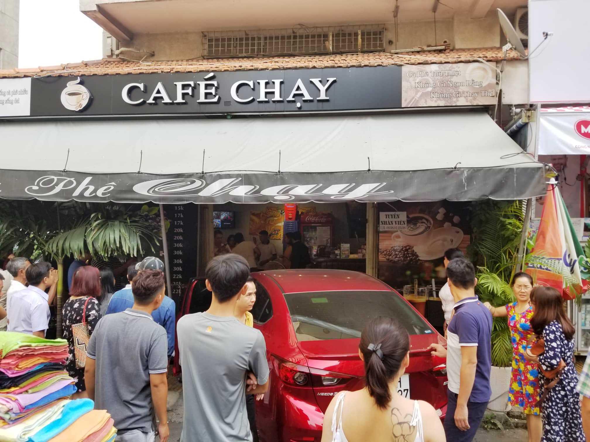 Ô tô lao vào quán cà phê Chạy, nhiều người tháo chạy thục mạng - 1