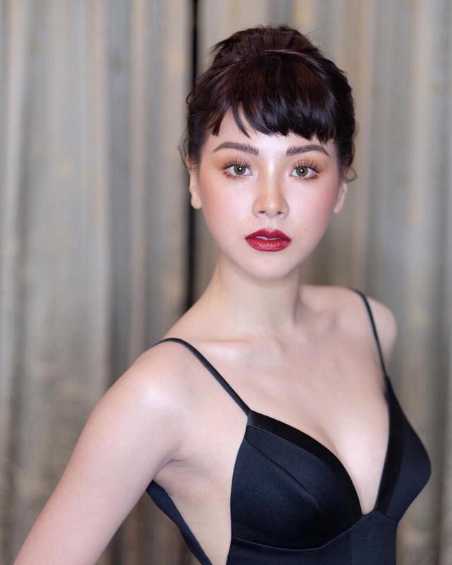 """Baifern Pimchanok làmột trong những mỹ nhân đắt giá nhất showbiz Thái sau sự thành công của bộ phim """"Chiếc lá cuốnbay"""". Trước đó, cô từng vướng tin đồn không hay về chuyện """"mây mưa"""" trên xe ô tô."""