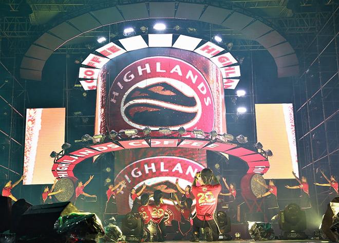 """Noo Phước Thịnh, Đông Nhi """"cháy"""" cùng hơn 10.000 fan – dấu thăng cho hành trình 20 năm của Highlands Coffee - 1"""