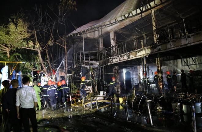 Cháy lớn tại nhà hàng, nhân viên tán loạn bỏ chạy thoát thân - 1