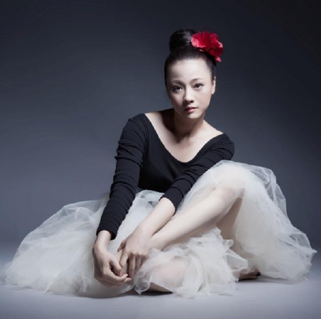 Mỹ Duyên tên thật là Lê Huỳnh Mỹ Duyên, sinh năm 1972 tại Sài Gòn. Sinh ra trong gia đình có truyền thống về nghệ thuật nên ngay từ nhỏ, Mỹ Duyên đã được định hướng đi theo diễn viên múa ballet và được đi học ở Liên Xô. Tuy nhiên, sau khi về nước, Mỹ Duyên không theo nghiệp diễn viên múa vì không tìm thấy nơi phù hợp để thực hiện đam mê.