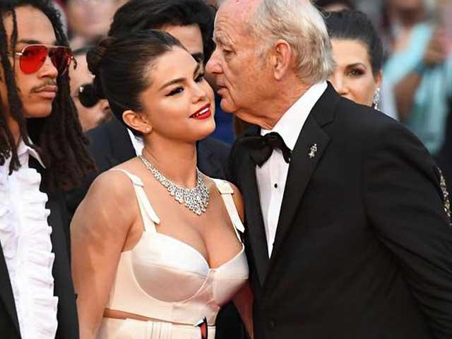 Váy không vừa với vòng 1 đẫy đà của Selena Gomez khiến quan khách mắt tròn mắt dẹt