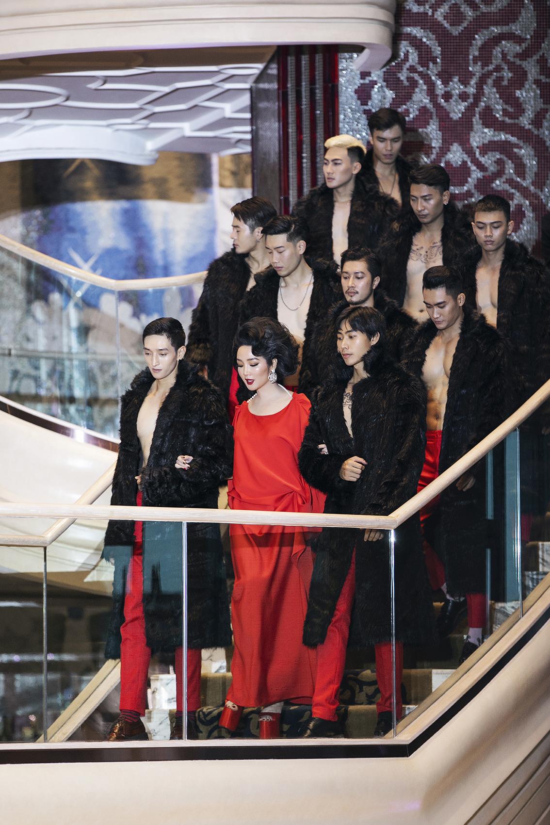 Quốc Cơ - Quốc Nghiệp diễn chồng đầu, trổ tài catwalk tại show thời trang - 1