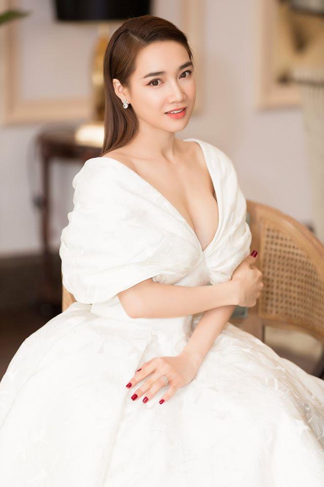 Một chiếc váy trễ vai mà cả Nhã Phương, Hari Won mê mẩn - 1
