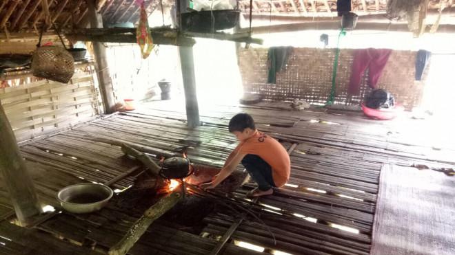 """Cận cảnh cuộc sống mới của cậu bé """"cô độc trong rừng"""" ở Tuyên Quang - 1"""