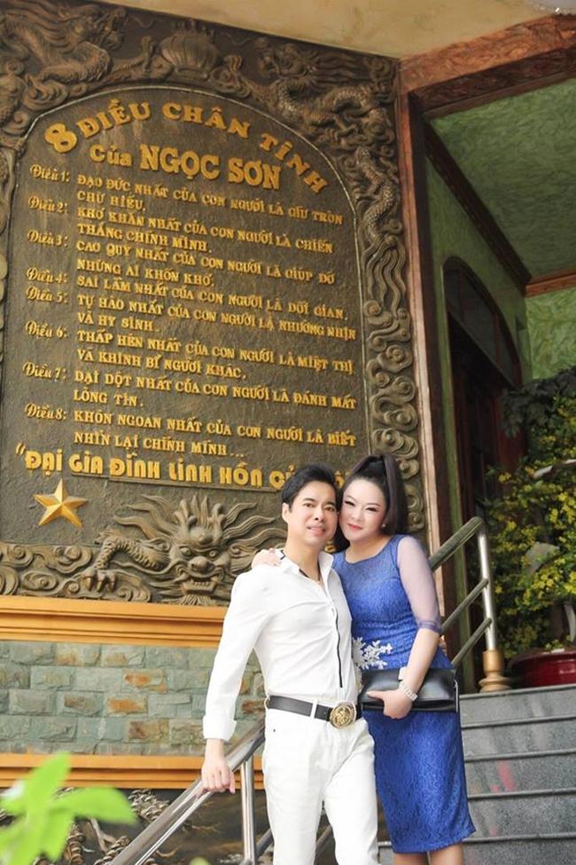 """Ngay lối ra vào biệt thự, nam ca sĩ còn khắc """"8 điều chân tình của Ngọc Sơn"""" bằng tiếng Việt. Phiên bản bằng tiếng Anh cũng được nam ca sĩ treo gần nóc nhà, bên cạnh đôi rồng vàng"""