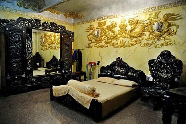 Một phòng ngủ khác của Ngọc Sơn gây choáng từ giường, tủ, bàn ghế đều được làm từ gỗ, chạm trổ tinh tế. Bên trên trang trí họa tiết rồng cầu kỳ.