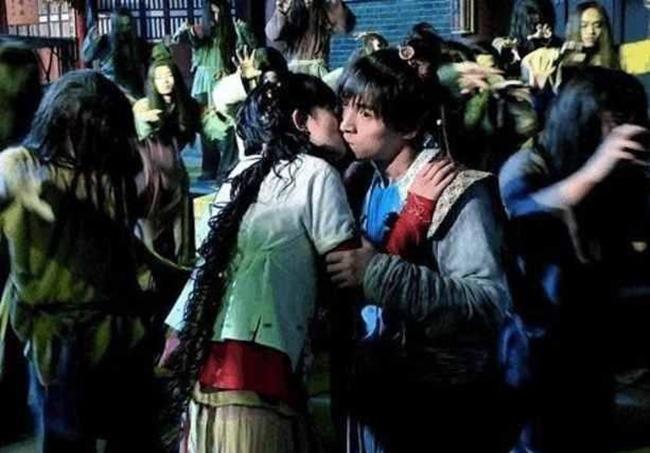 """Trong """"Tiên kiếm kỳ hiệp 3"""", Dương Mịch và Hồ Ca có một cảnh hôn. Theo kịch bản, cặp đôi vô tình gặp lại nhau trong tình thế hỗn loạn và trao nhau nụ hôn ngọt ngào. Khi thực hiện, cả Dương Mịch và Hồ Ca va vào nhau quá mạnh khiến nữ diễn viên bị chảy máu mũi."""