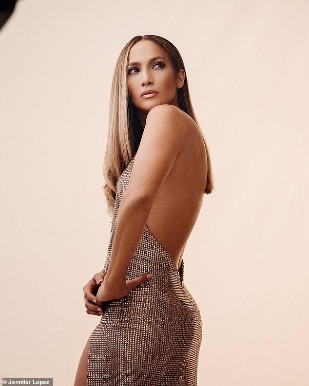 Jennifer Lopez khoe dáng cùng đầm sequin - 1