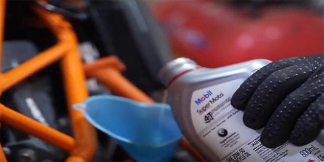 Dầu động cơ là gì và tác dụng đối với xe máy của bạn - 1