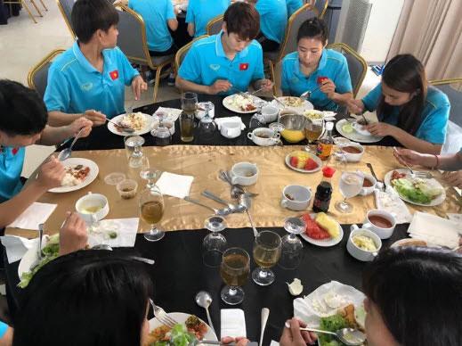 """Đội tuyển nữ thiếu thức ăn, HLV Mai Đức Chung trấn an: """"Hôm nay đã có thịt bò, cá hồi"""" - 1"""