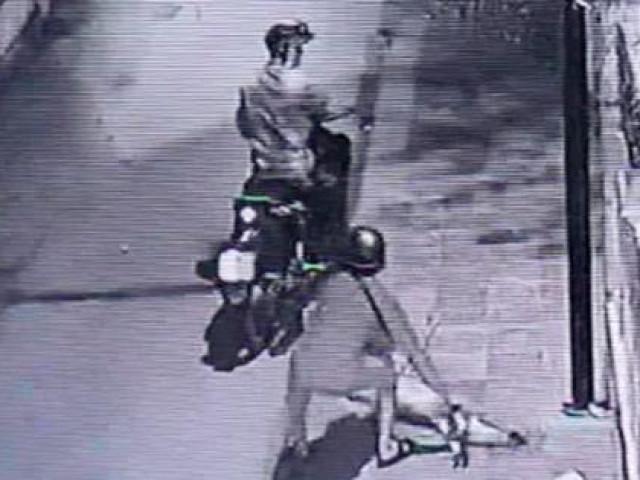 Bị phát hiện trộm chó, 2 đối tượng vứt xe nhảy xuống kênh