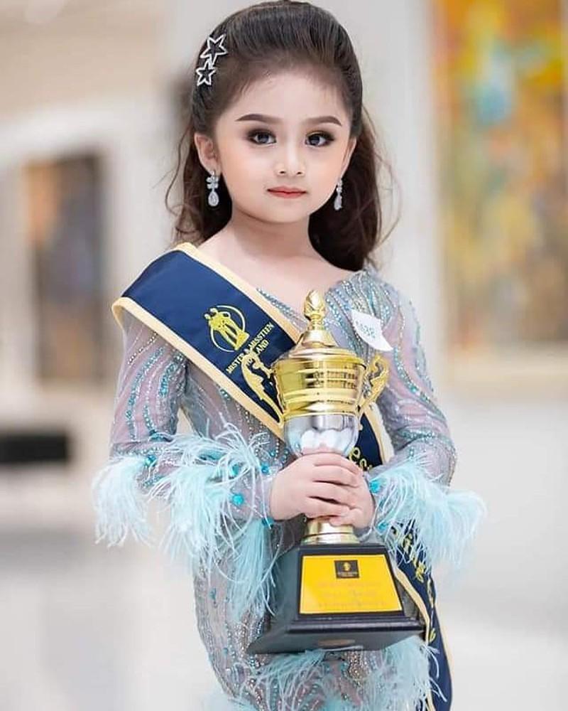 Trang điểm đậm, váy bó sát, bé gái 6 tuổi đăng quang Hoa hậu nhí gây tranh cãi - 1