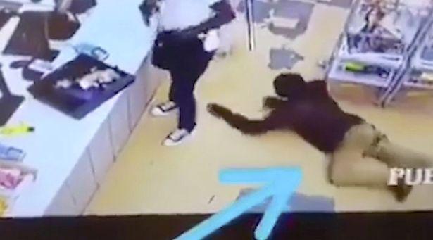 Video: Tên cướp có vũ trang mải lấy tiền, bị trộm lại tiền mà không hay biết - 1