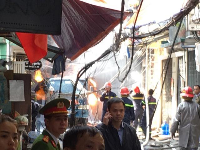 Xe chở gas phát nổ như bom, dân hô hoán nhau chạy tán loạn