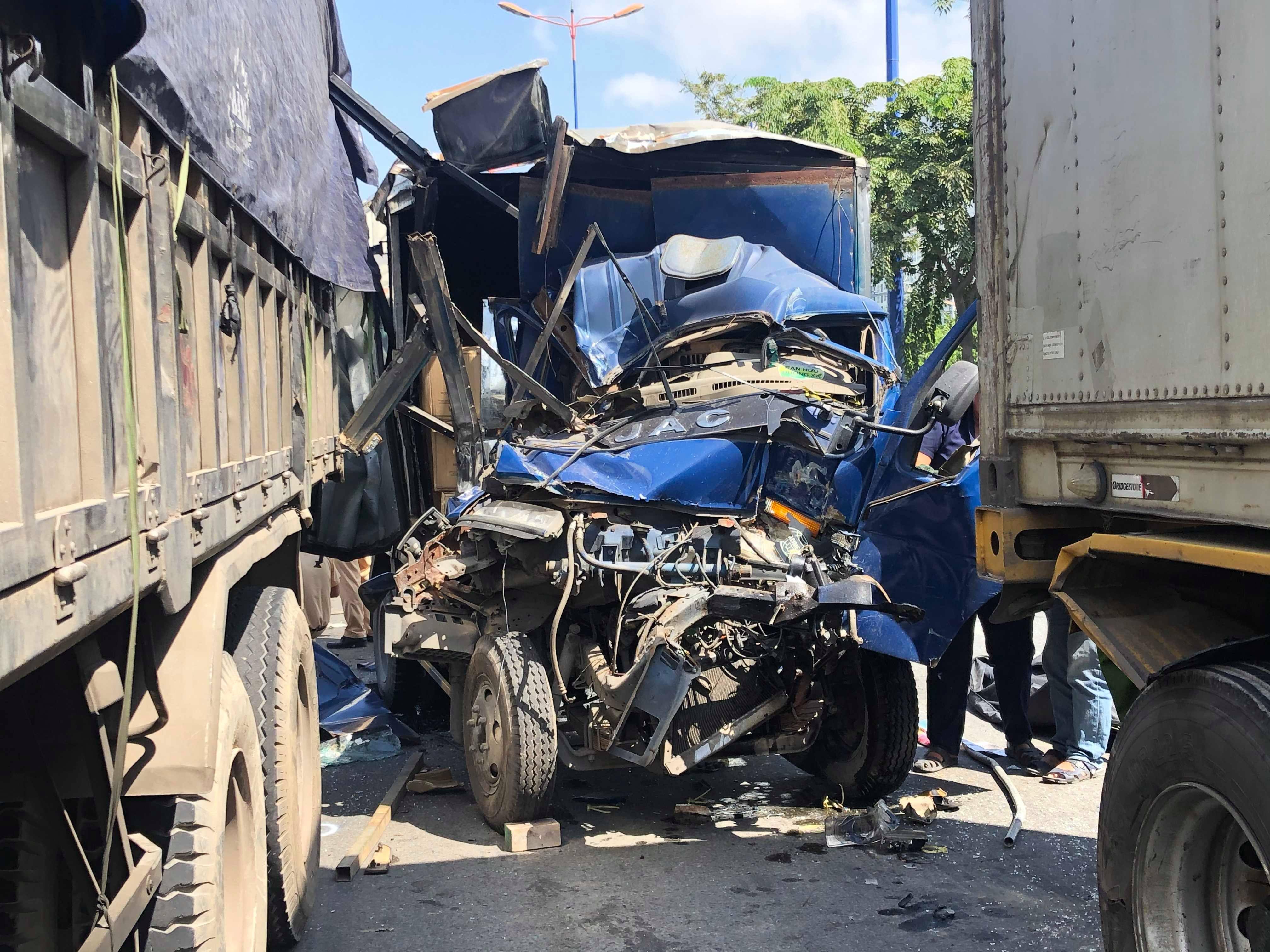 5 ô tô đâm nhau trên phố Sài Gòn, phụ xe tải chết thảm trong cabin bẹp dúm - 1