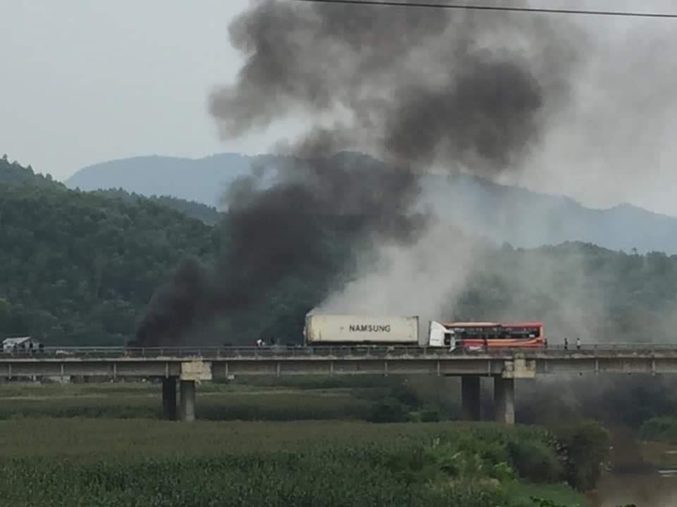 Xe container đâm vào dải phân cách trên cao tốc rồi bốc cháy dữ dội - 1