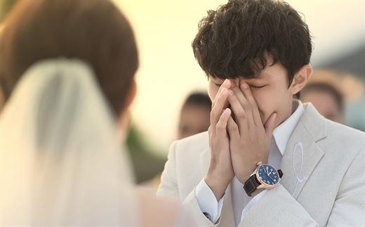 Giữa hôn lễ nhận được quà lạ, cô dâu mặt không đổi sắc nói câu khiến chú rể bật khóc - 1