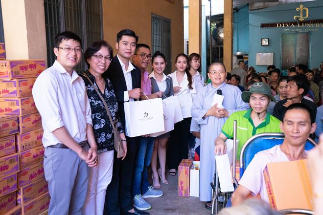 Viện thẩm mỹ Diva - Tặng quà cho gia đình có hoàn cảnh khó khăn tại Đồng Nai - 1