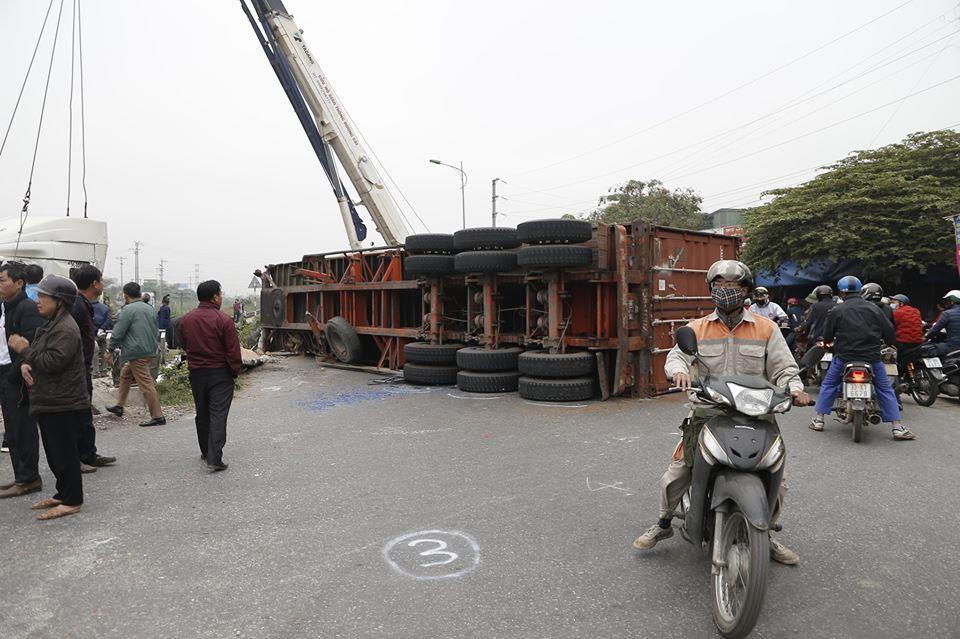 Băng qua đường sắt, xe container bị tàu hỏa tông đứt đôi - 1