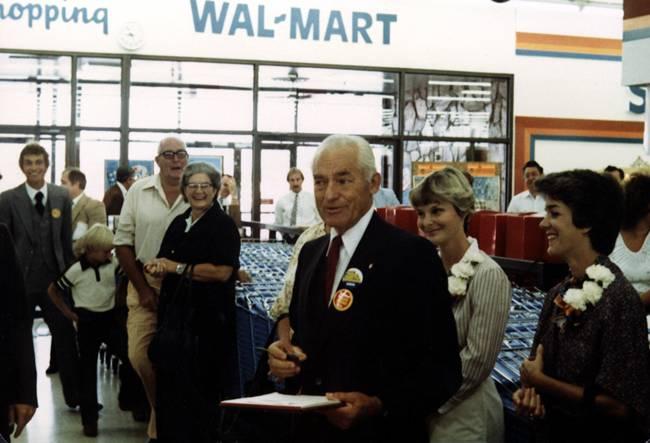 Sự giàu có của gia tộc Waltonđược khởi đầu từ việcSamWalton thành lập Walmart năm 1962.