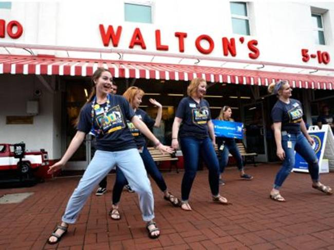 Walmart hiện là nhà bán lẻ lớn nhất thế giớitính theo doanh thu, với doanh thu hàng năm là 500 tỷ USD từ gần 12.000 cửa hàng trên toàn thế giới.