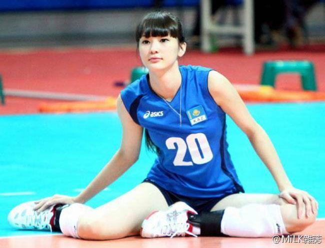 Ngoài ra, nữ vận động viên trung thành vớimái tóc đen dài, cắt mái bằng.