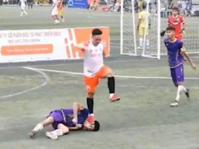 Nam thanh niên đạp lên mặt cầu thủ đội bạn trong khi thi đấu: Ban tổ chức lên tiếng