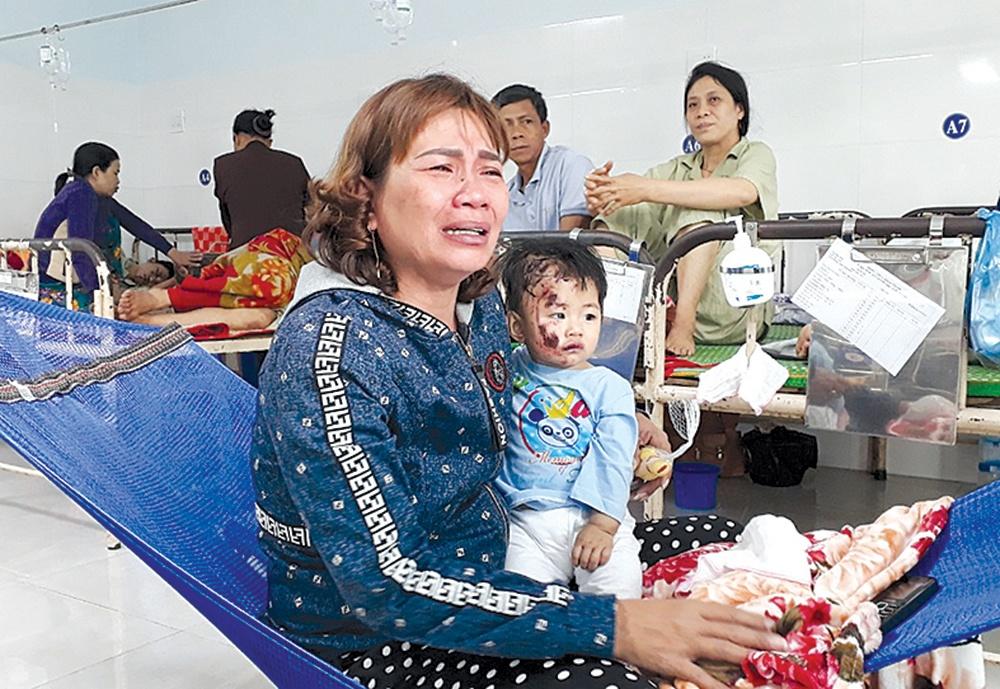 """TNGT thảm khốc ở Phú Yên: """"Chiều qua còn ôm ấp, nay cháu đã nằm quan tài"""" - 1"""
