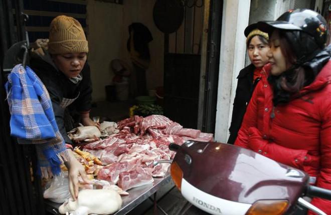 Giá thịt lợn cao, người dân rủ nhau mua gom lợn quê - 1