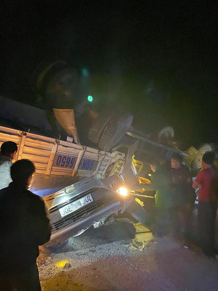 Kinh hoàng: Xe tải đè nát bươm xe con, 2 cha con mắc kẹt - 1