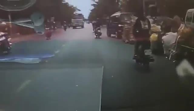 Đánh võng trên đường, 3 nam thanh niên bị cuốn vào gầm xe bồn - 1