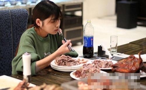 Ăn một lúc 6kg thịt, gái trẻ TQ bị nhiều nhà hàng buffet cấm cửa - 1