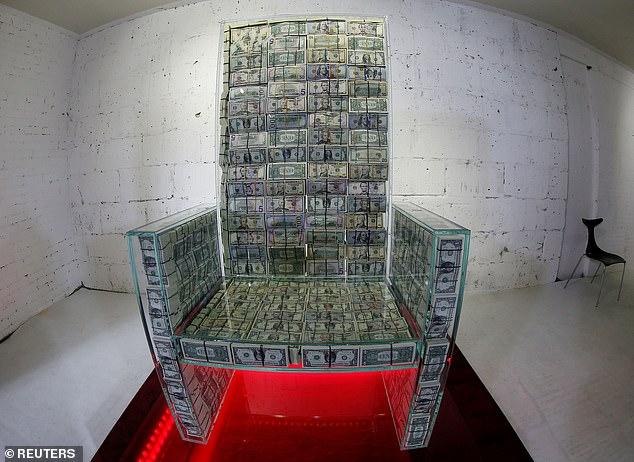 Chiếc ghế chứa đầy tiền trị giá 1 triệu USD của tỷ phú Nga gây choáng - 1