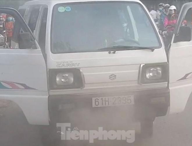 Giải cứu 10 em học sinh trên xe đưa đón bị cháy - 1