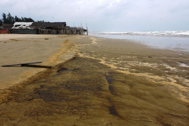 Nước biển màu đen, nổi bọt vàng bất thường ở Quảng Ngãi - 1