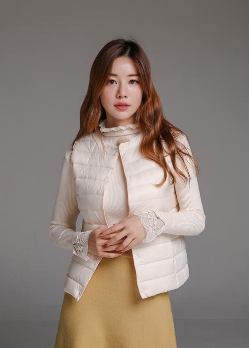Mách nữ công sở cách chọn và mặc áo phao đi làm - 1
