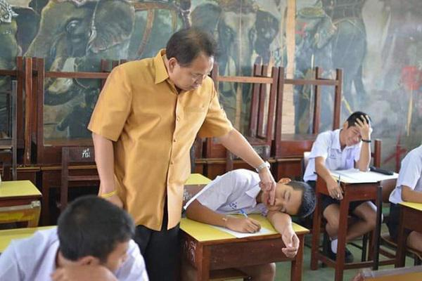 """Lay mãi học sinh ngủ gật không dậy, thầy giáo bình tĩnh làm 1 việc khiến cả lớp """"cười vỡ bụng"""" - 1"""