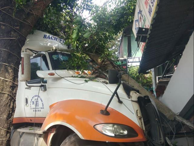 Sau tiếng nổ lớn, xe container lao sang đường đâm sập nhà dân