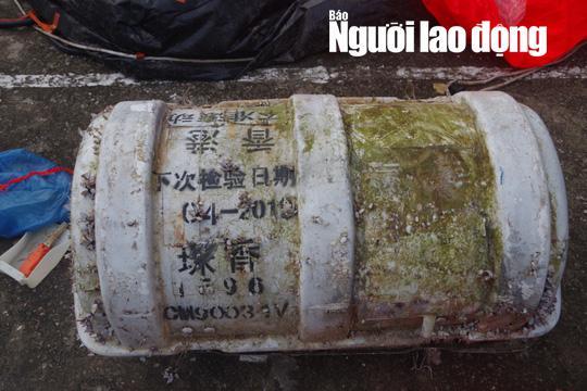 Phát hoảng khi chiếc phao bung ra từ vật lạ có chữ Trung Quốc dạt vào bờ biển - 1